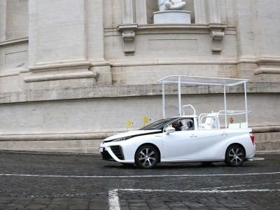 Une voiture à hydrogène transformée en papamobile livrée au Vatican
